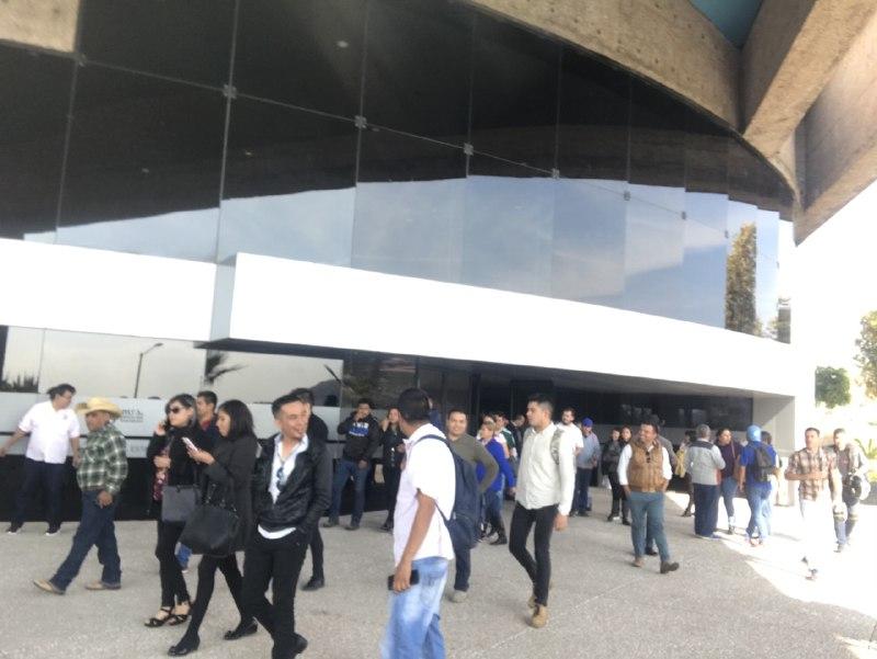 Agremiados saliendo del auditorio del estado