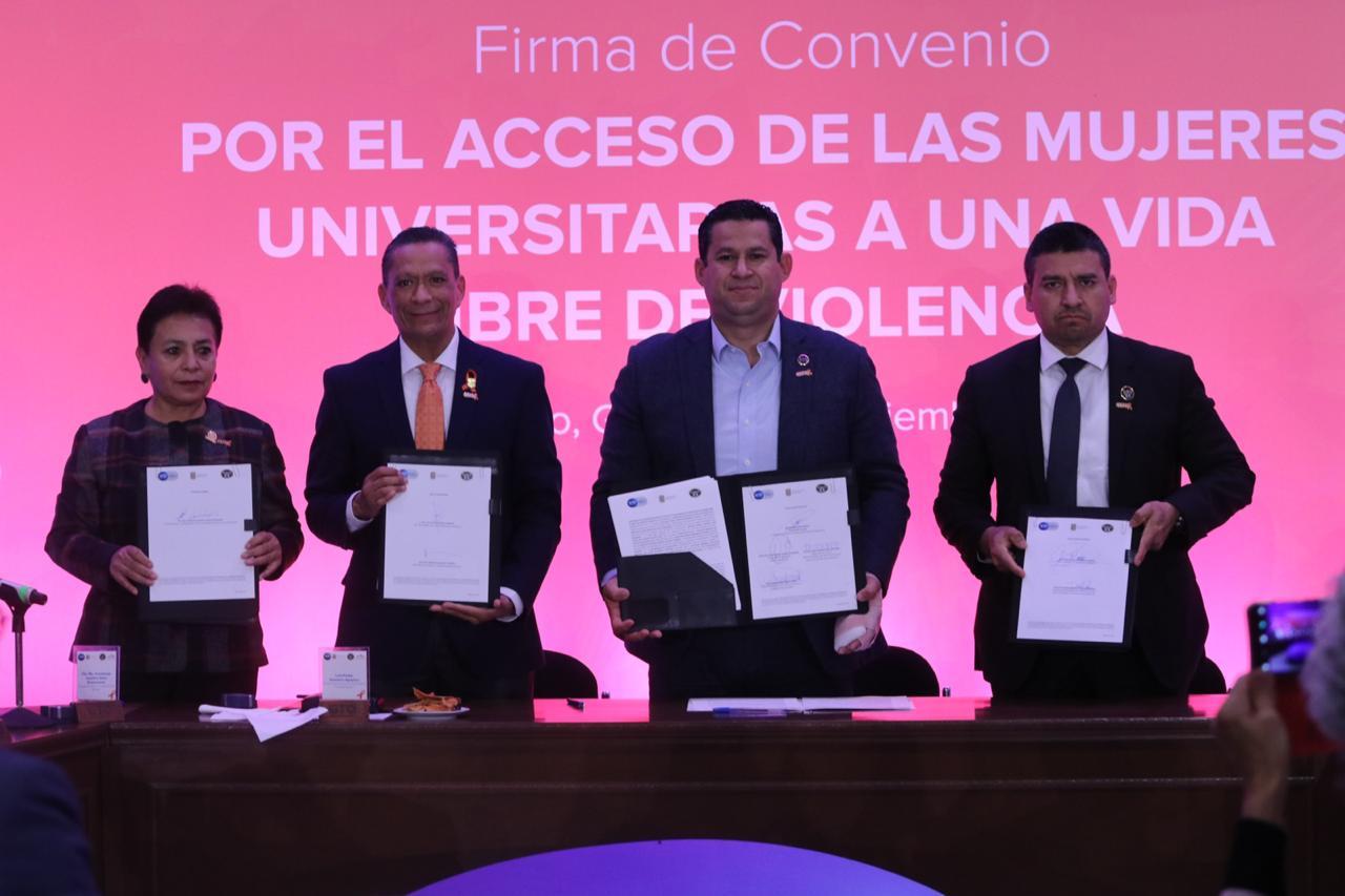 Fotografía de la firma del convenio difundida por la UG