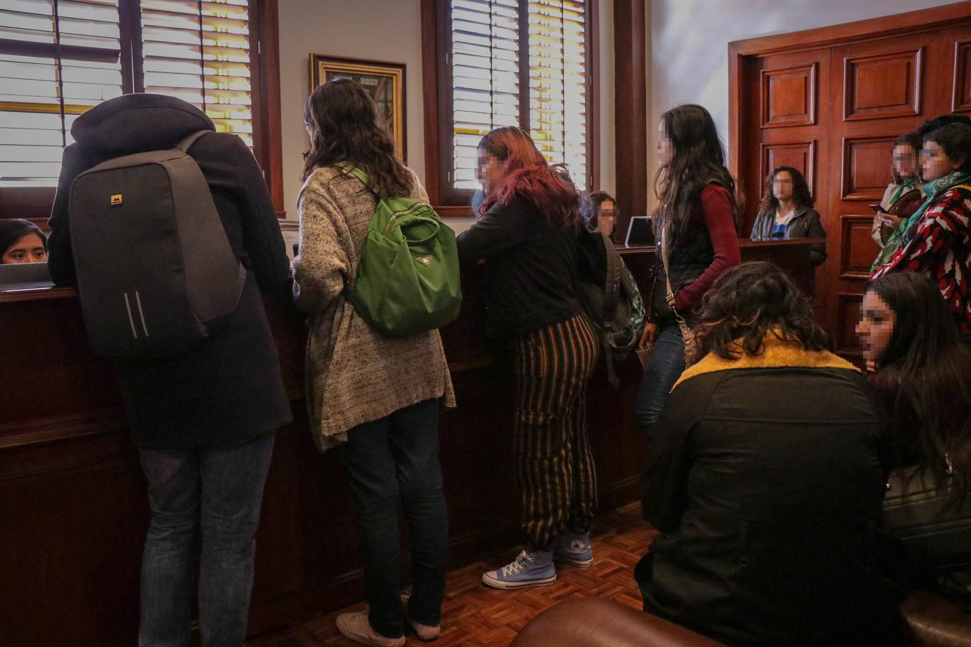 Estudiantes al entregar documento en el que piden participar en las mesas de trabajo. Fotografía Juan José Plascencia