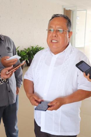 José Huerta Aboytes mostrando el celular que paga con recursos propios