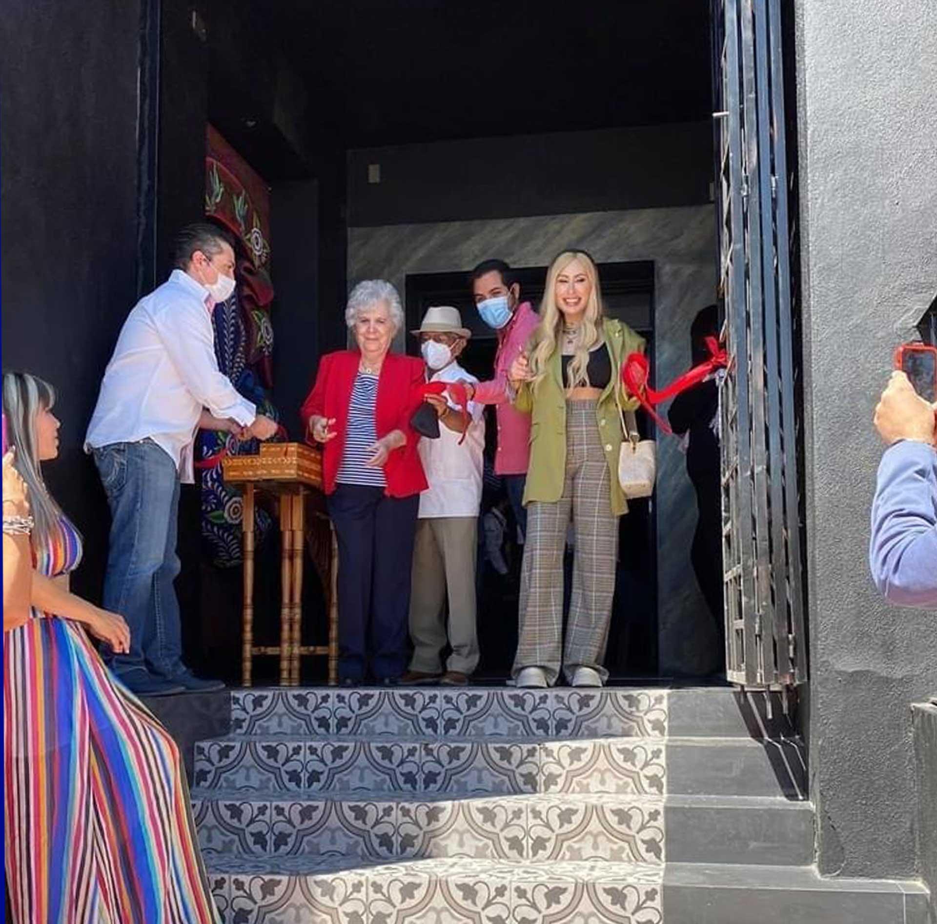 Anselmo Conejo (de rojo) en la inauguración del restaurante. Foto: especial.