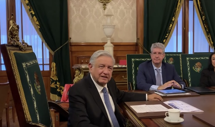 Andrés Manuel López Obrador acompañado de Fausto Costa