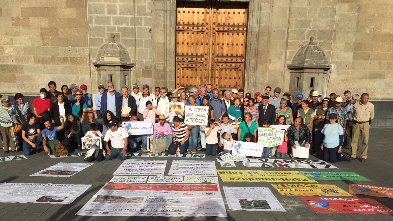 Un centenar de activistas opositores a la obra se aprestaban a entrar a Palacio Nacional. Foto: Cortesía