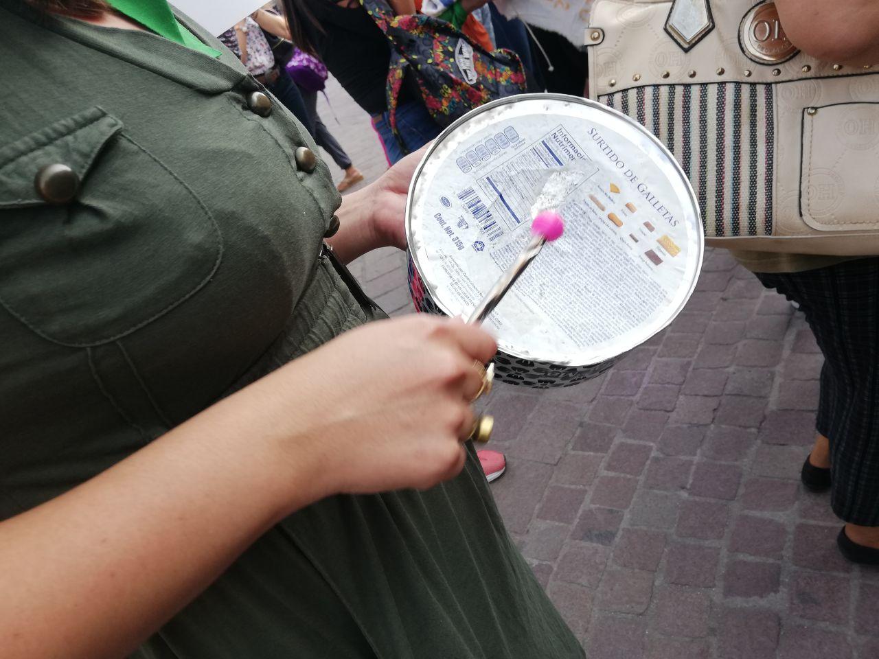 Una lata de galletitas convertida en instrumento de  protesta. ¡Cuánto han cambiado las mujeres!
