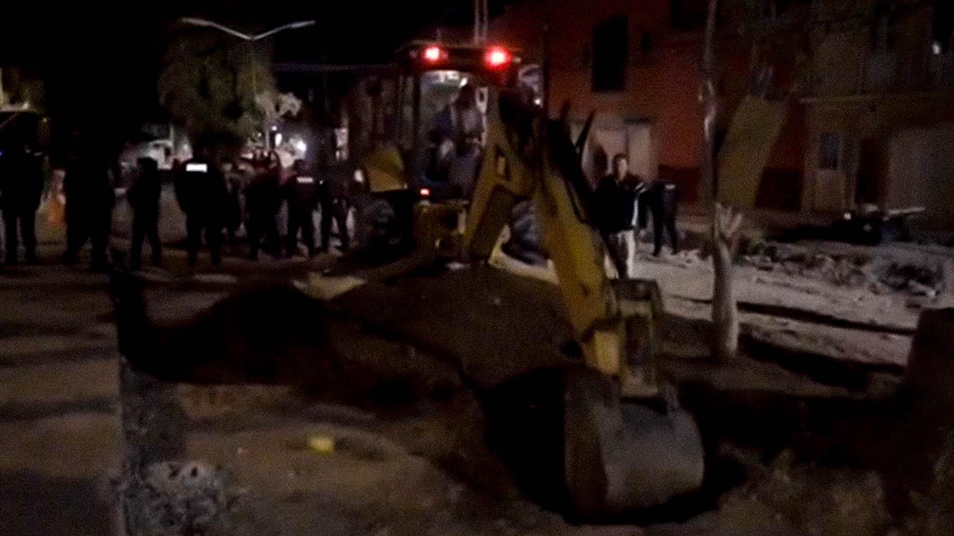 Maquinaria pesada y policías, lo necesario para extraer un árbol.