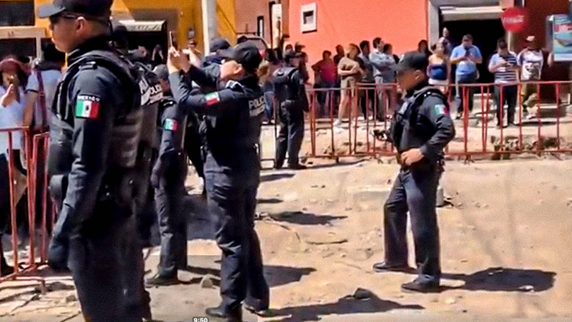 Agente municipal videograbando a los activistas de la protesta.