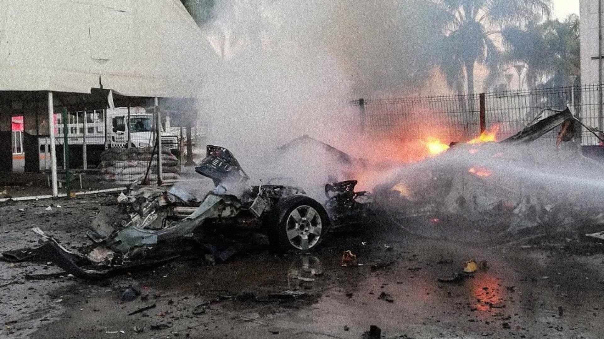 Coche bomba colocado por el CSRL en instalaciones de la Guardia Nacional en Celaya. Foto de Noticieros Televisa.
