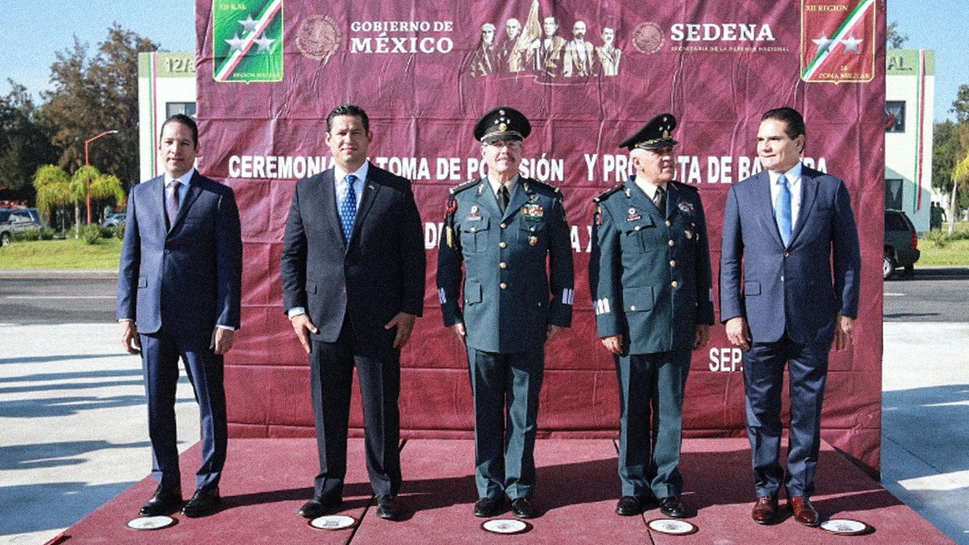 Pancho Domínguez, gobernador del estado de Querétaro (primero de izquierda a derecha) y Silvano Aureoles, gobernador del estado de Michoacán (primero de derecha a izquierda) no han apoyado al gobierno de Diego Sinhue y al gobierno federal para desarticular al Cártel de Santa Rosa de Lima. Foto tomada durante la ceremonia de cambio de mando de la XII Región Militar de Irapuato y distribuida por la SEDENA.