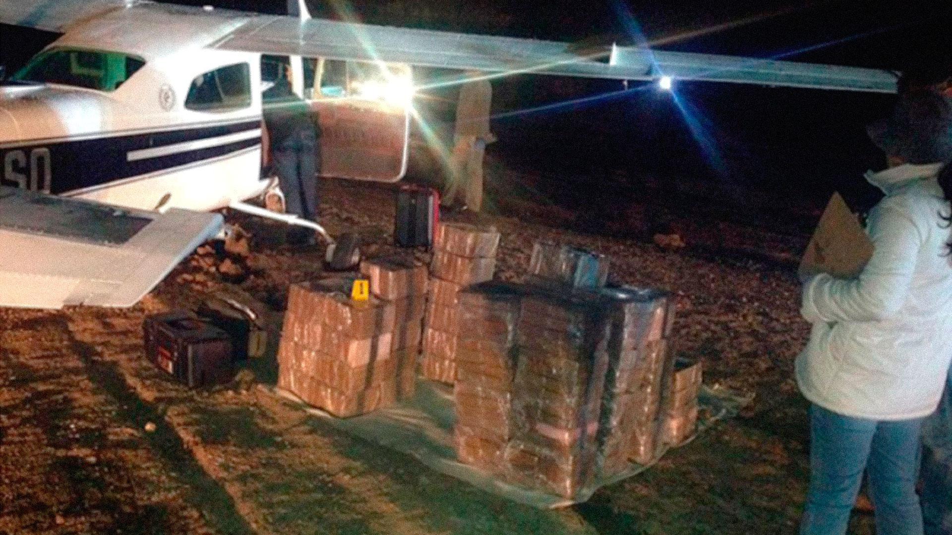 Airplane that landed emergency in La Sierra de Lobos de León in 2017. It carried a cargo of 400 kilos of pure cocaine.  Photo of Televisa news.